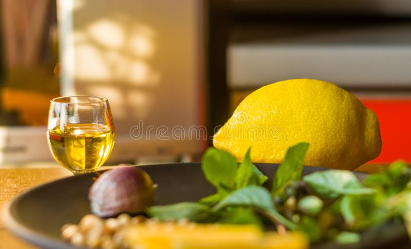 准备的意大利pesto调味汁新鲜的成份-柠檬蓬蒿小树枝,剥了松子,大拨蒜种子,希腊语 库存照片