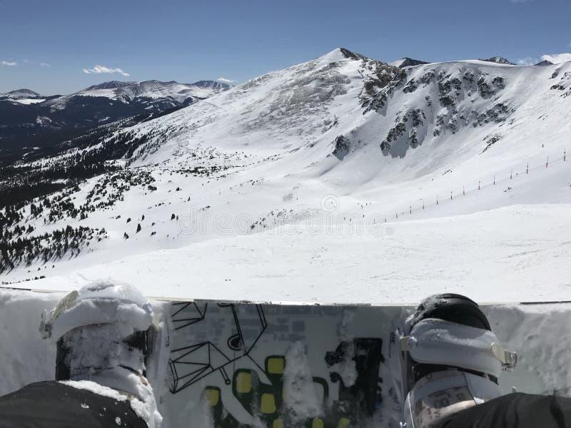 准备的挡雪板朝向在山下 免版税库存图片