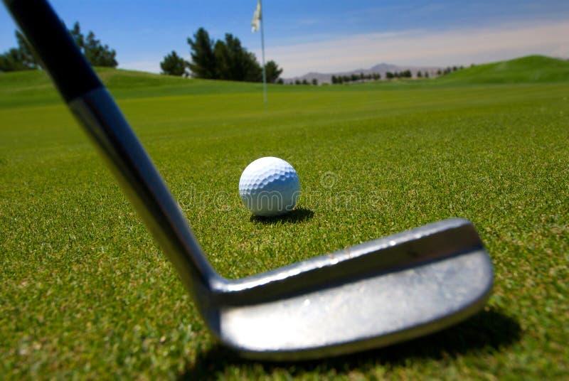 准备的接近的高尔夫球运动员  免版税库存照片