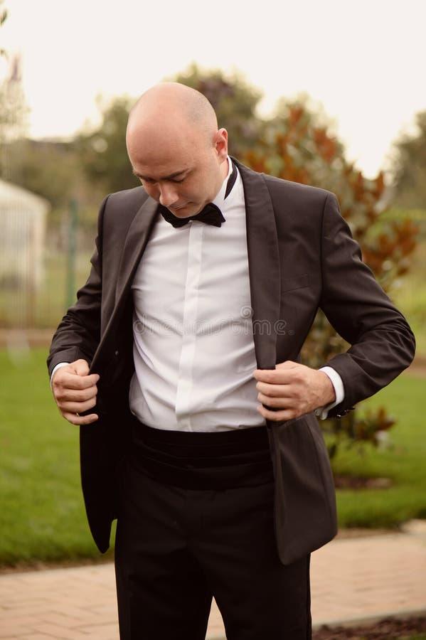 准备的新郎遇见他的新娘 免版税库存图片