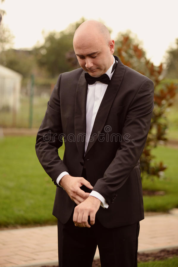 准备的新郎遇见他的新娘 免版税图库摄影