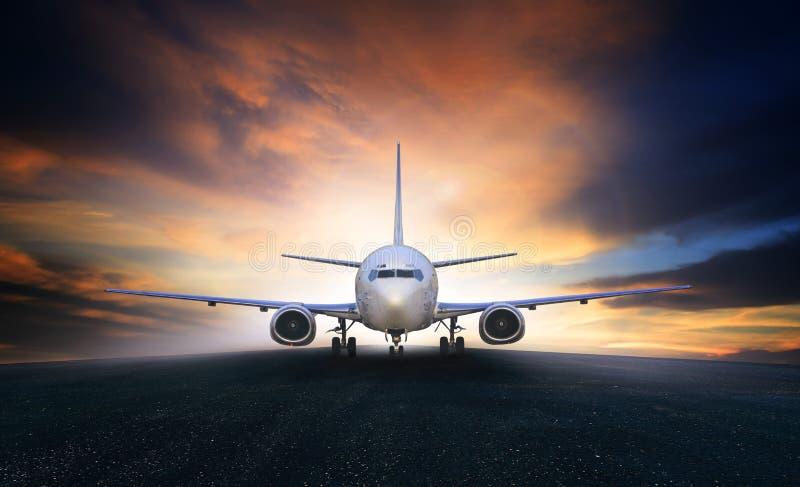 准备的空中飞机离开在机场空气的t跑道用途 免版税库存图片