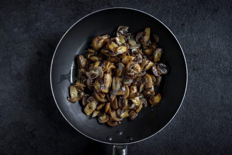 准备的蘑菇和尼奥基盘成份 免版税库存照片