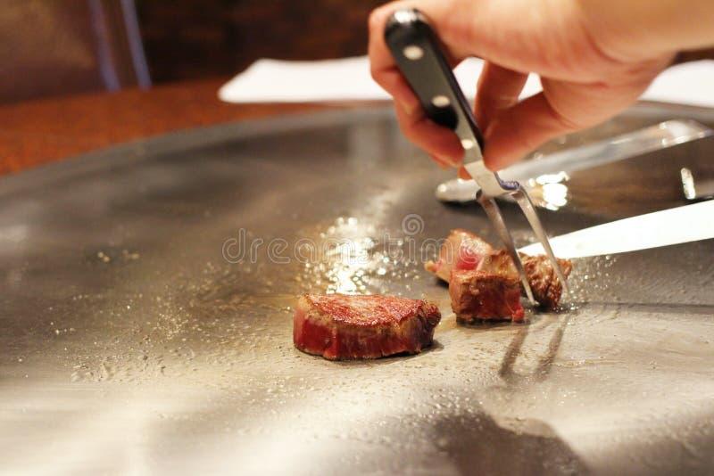 准备神户牛肉的日本厨师在餐馆 库存图片
