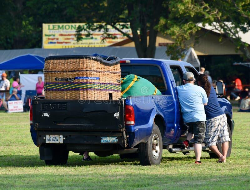准备篮子#2的热空气气球驾驶者 库存照片