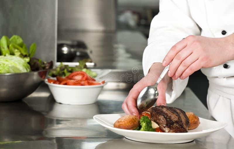 准备膳食的厨师 库存图片