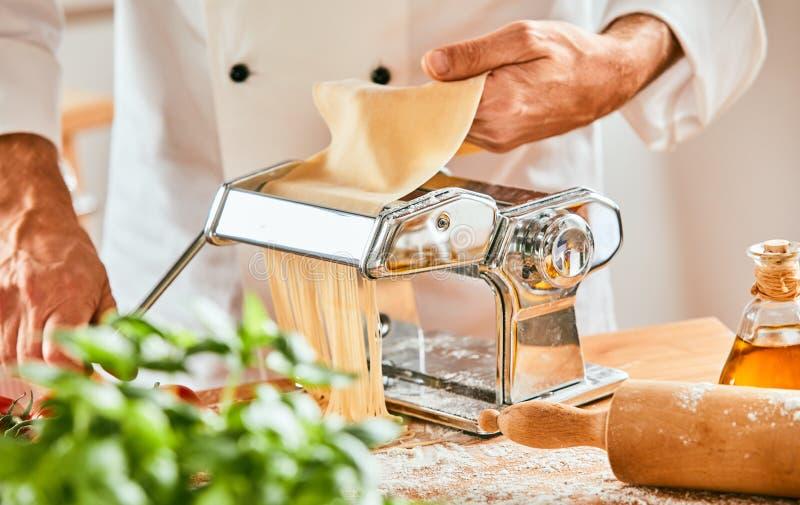 准备自创意粉面团的意大利厨师 库存图片