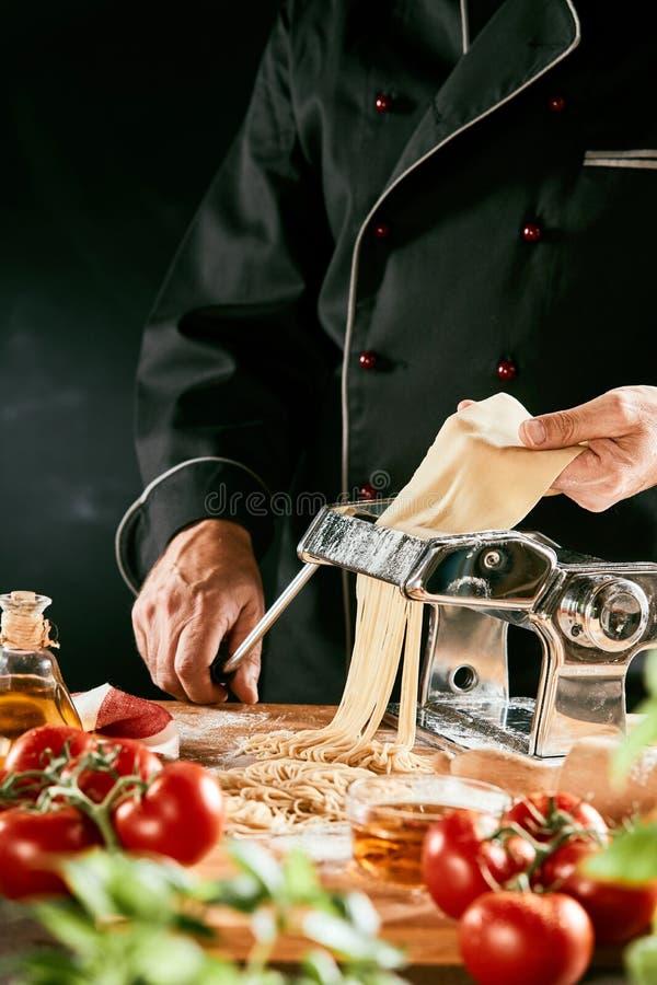 准备自创面团面条的意大利厨师 免版税库存照片