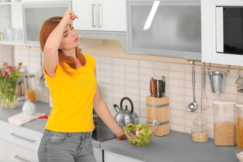准备菜沙拉的疲乏的主妇 图库摄影