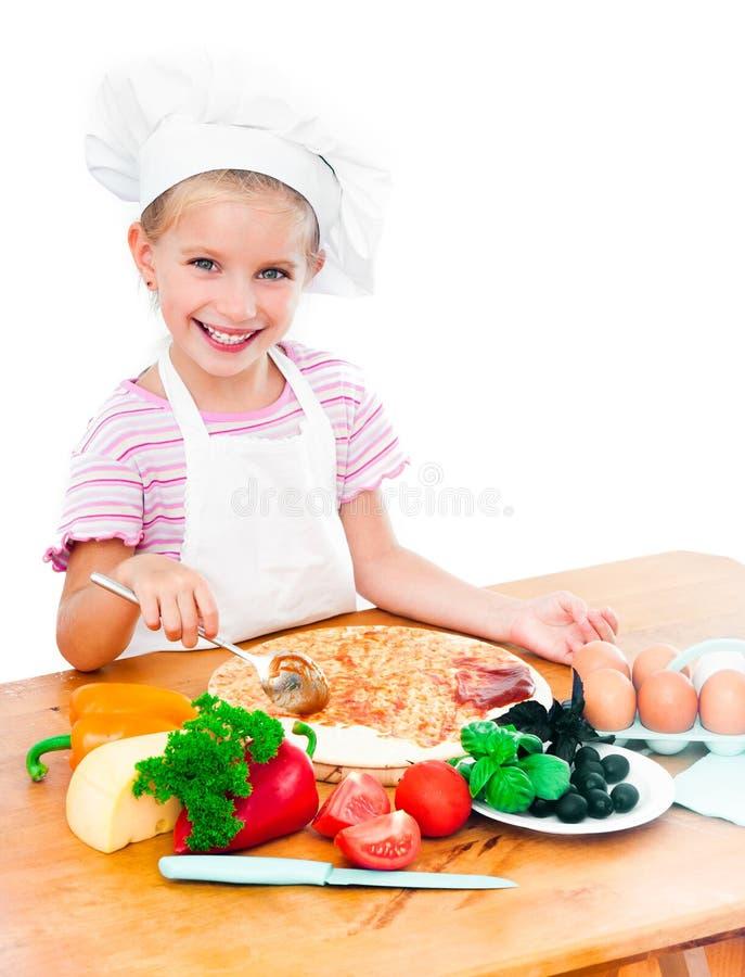 准备薄饼的小女孩 免版税图库摄影