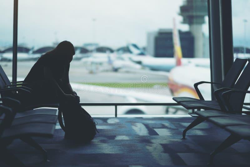 准备袋子的妇女旅客在机场 免版税库存图片