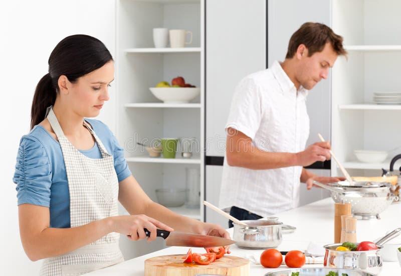 准备调味汁的bolognese夫妇意大利面食 免版税库存照片