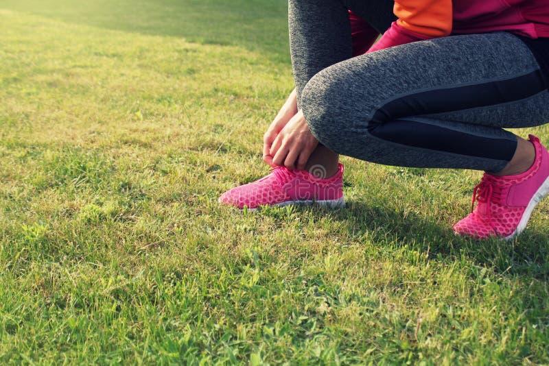 准备赛跑者的运动员跑室外 健身妇女训练和跑步在夏天公园 免版税库存图片