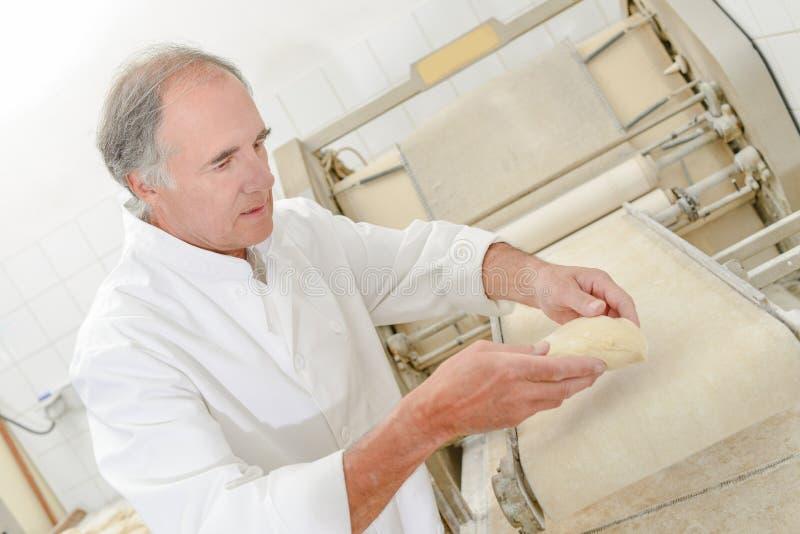 准备面包的贝克 免版税库存照片