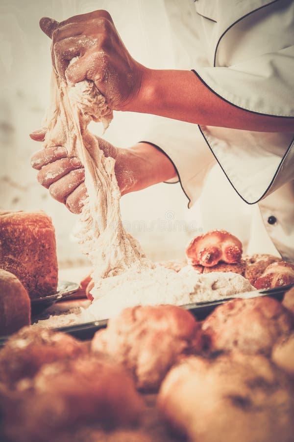 准备面团的厨师手 免版税库存照片