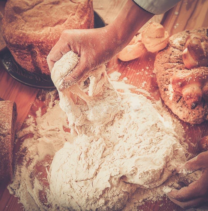 准备面团的厨师手 库存图片