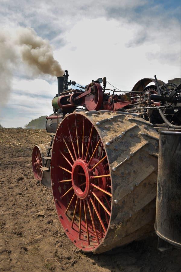 准备领域的古色古香的门诺派中的严紧派的蒸汽拖拉机用内燃机 免版税图库摄影