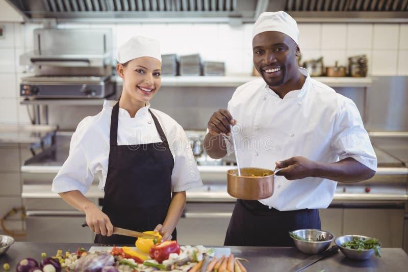 准备食物的厨师在商业厨房里 免版税库存照片