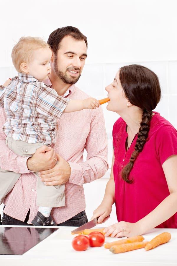 准备食物的家庭在厨房里 免版税库存照片