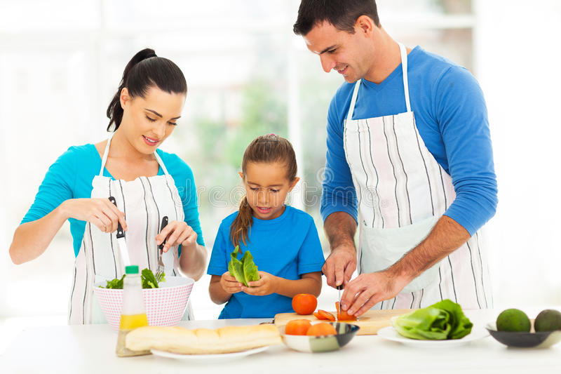 准备食物的家庭 免版税库存图片
