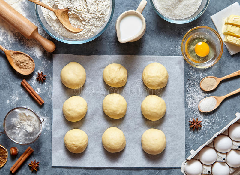 准备食谱面包或饼的小圆面包面团做ingridients,在厨房用桌上的食物平的位置 免版税图库摄影