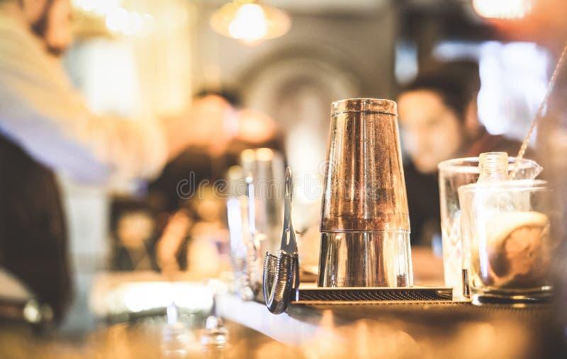 准备饮料的男服务员被弄脏的defocused侧视图在鸡尾酒吧 免版税库存图片