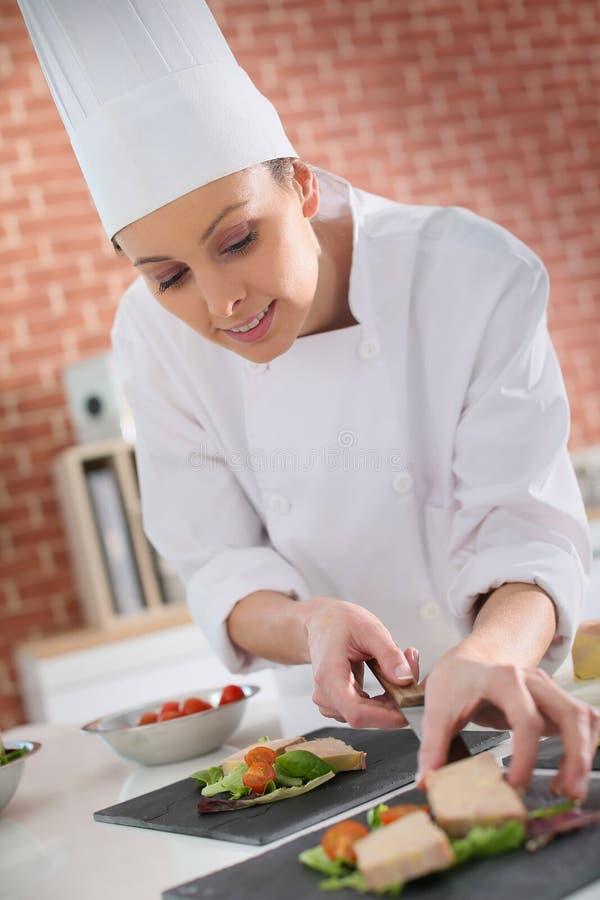 准备鹅肝的起始者年轻厨师 免版税图库摄影