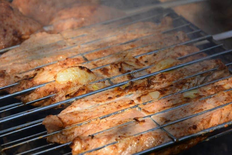 准备,烹调在室外的木炭的kebabs 免版税库存图片