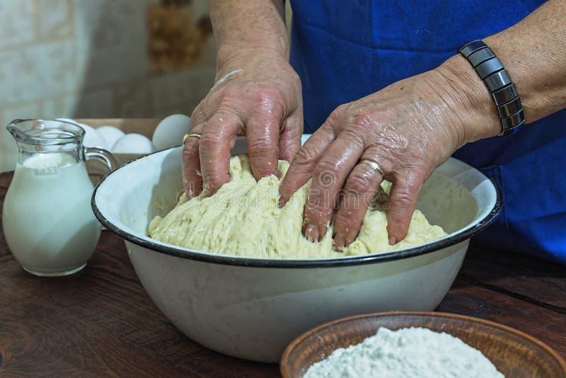 准备,面包店,面粉,面团,年长妇女,关闭,拷贝空间 免版税库存照片