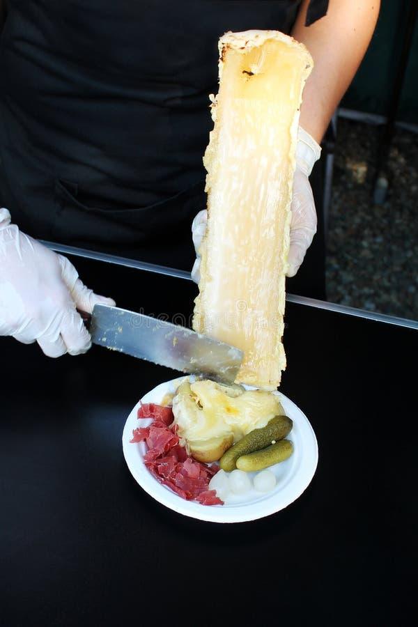 准备raclette乳酪 免版税库存图片