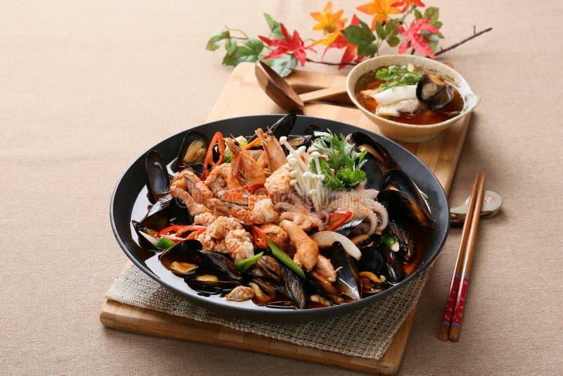 凉快和辣海鲜汤口味用章鱼,蛤蜊,淡菜a 免版税库存图片