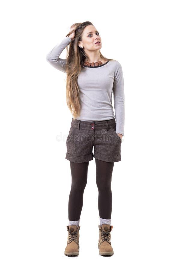 凉快的坦率的自发轻松的unposed行家妇女用在头发的手 免版税库存图片