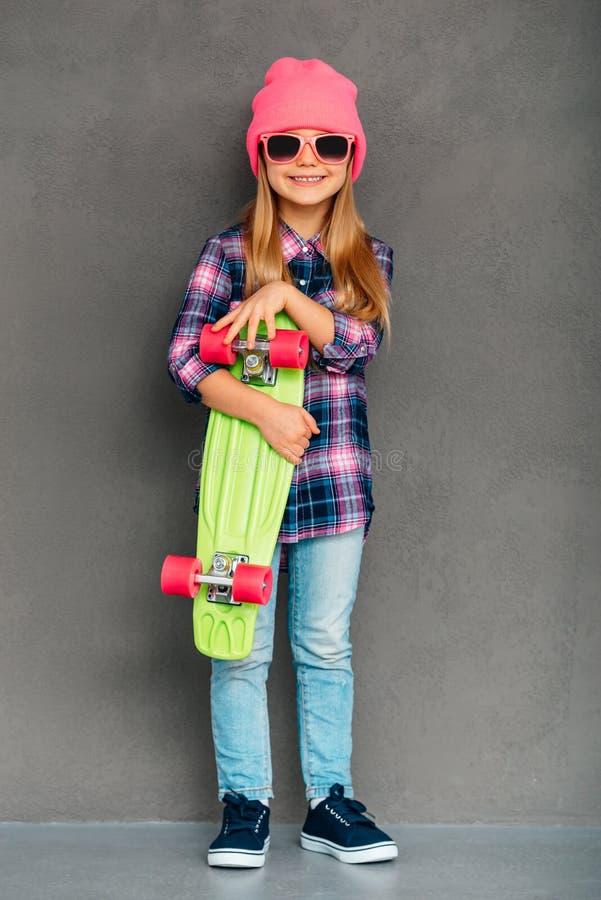 凉快的溜冰者女孩 免版税图库摄影