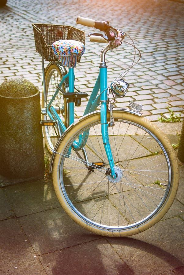 凉快的葡萄酒蓝色bycicle在中心城市汉堡停放了 免版税库存照片