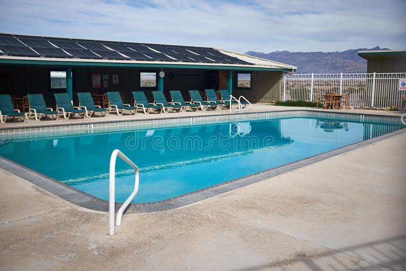 凉快的蓝色游泳池在死亡谷 库存照片