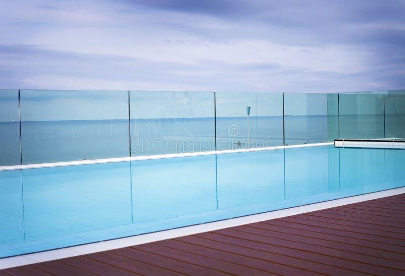 凉快的蓝色邀请的游泳池 库存照片