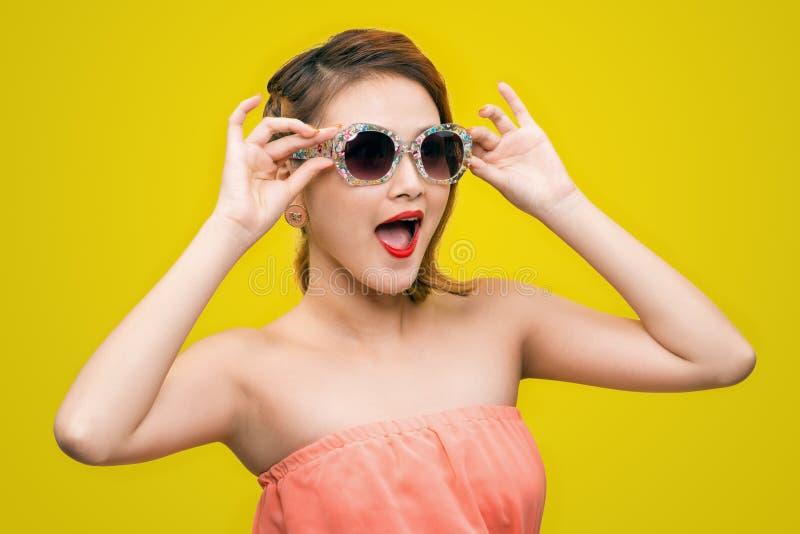 凉快的行家亚裔妇女佩带的eyewear玻璃微笑愉快 免版税库存照片