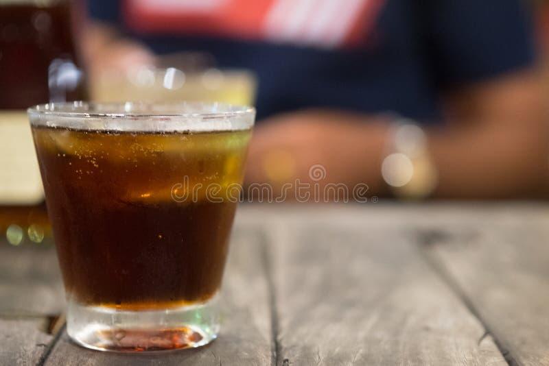 凉快的被冰的汽水可乐成了碳酸盐与苏打水的液体新鲜食品在清楚的玻璃 库存照片