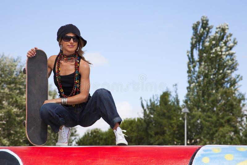 凉快的滑板妇女 免版税库存图片