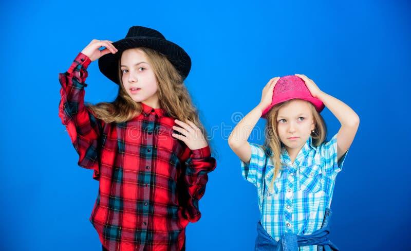 凉快的cutie时兴的成套装备 愉快的童年 孩子时尚概念 检查我们的时尚样式 时尚趋向 女孩 库存照片