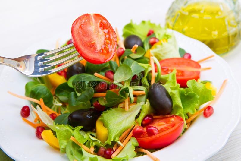 Download 凉拌生菜用在白色板材的蕃茄在木桌上 库存照片. 图片 包括有 土气, 蔬菜, 膳食, 木头, 空白, 红色 - 72360272