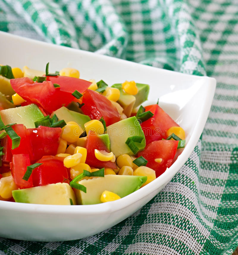 凉拌生菜用鲕梨、蕃茄和甜玉米 免版税库存图片