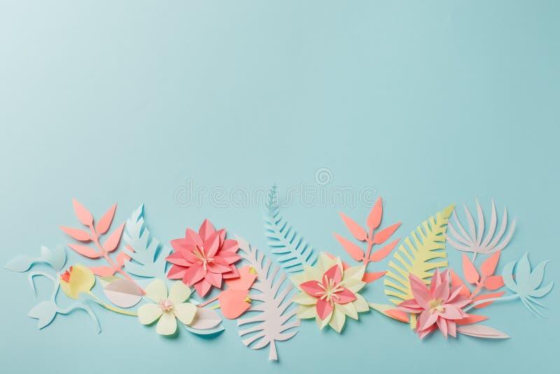 减弱的声音的颜色五颜六色的花构成-手工制造papercraft花和叶子在淡色蓝色背景,sprin,夏天,复活节 免版税库存图片