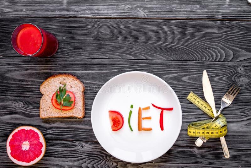 减肥在木背景顶视图的概念饮食新鲜蔬菜 图库摄影