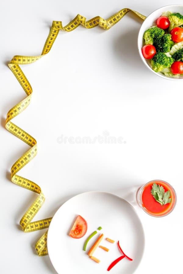 减肥在白色背景顶视图的概念饮食新鲜蔬菜 库存图片