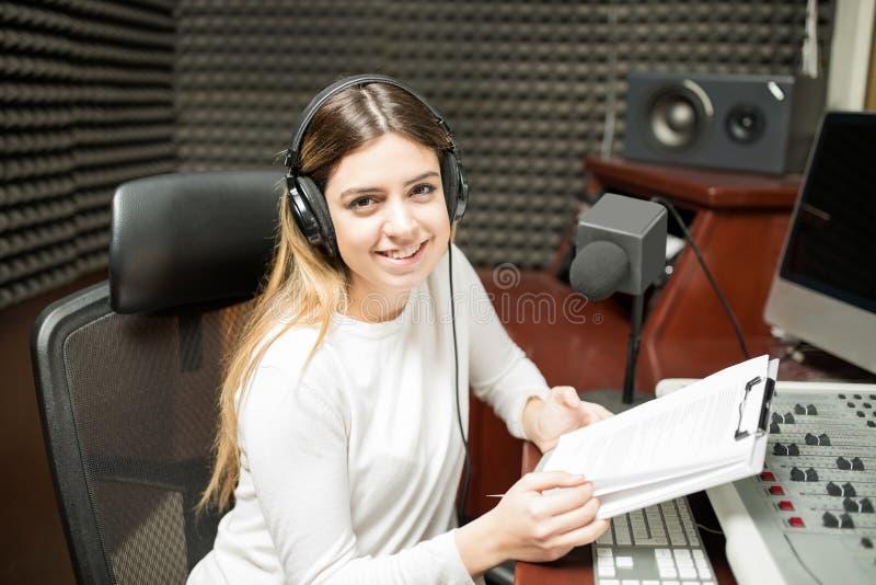 减轻展示的女性无线电赠送者 库存照片
