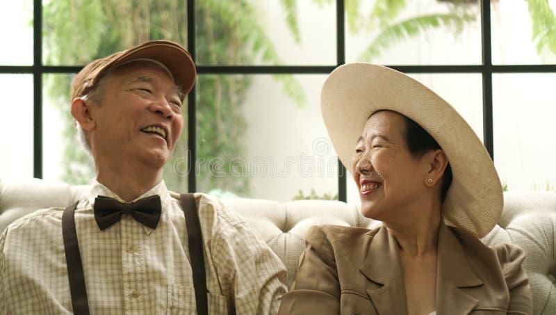 减速火箭的亚洲年长夫妇愉快的经典样式房子 库存图片
