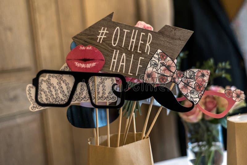 减速火箭的党集合玻璃,帽子,嘴唇,髭,面具设计照片婚姻滑稽的图片的摊党 免版税库存照片