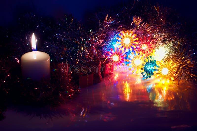 减速火箭的圣诞节ligts和蜡烛 库存图片