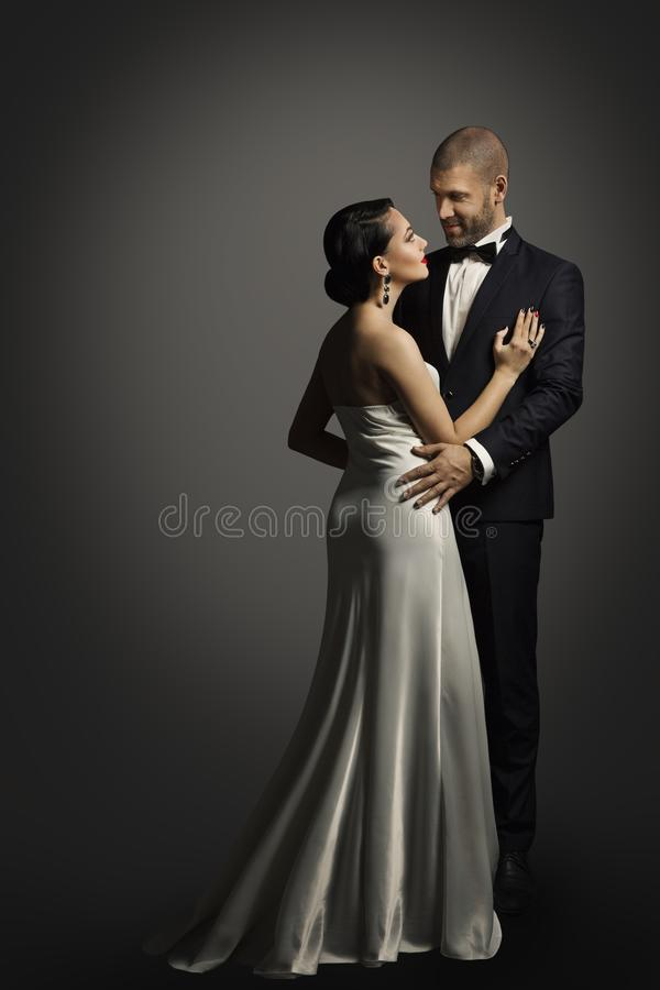 减速火箭的夫妇画象,与妇女的穿着体面的人跳舞 免版税图库摄影